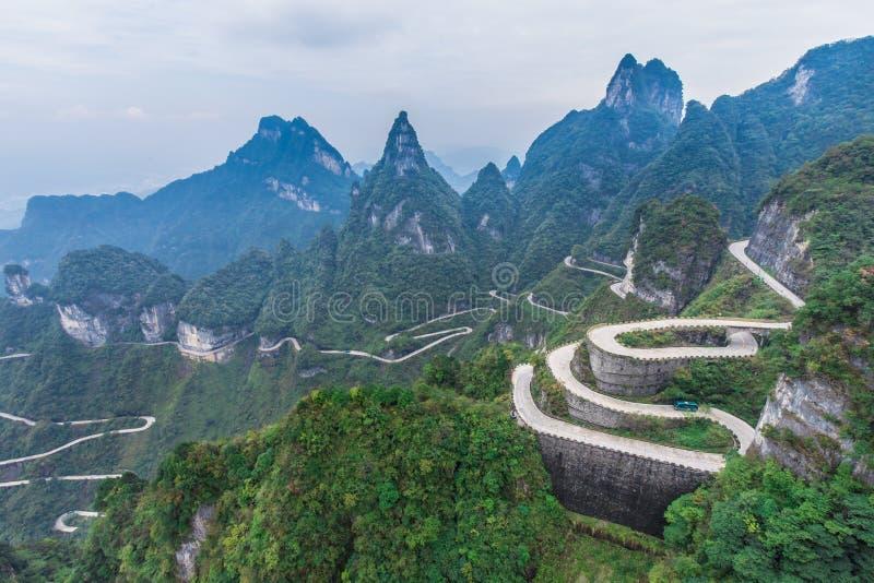 Himmel som anknyter för kurvspolning för aveny 99 farlig himmels för väg för Zhangjiagie Tianmen för port nationalparken Changsha royaltyfri foto