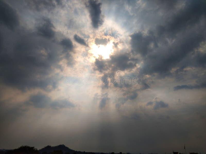 Himmel som täckas med tunga moln royaltyfri foto