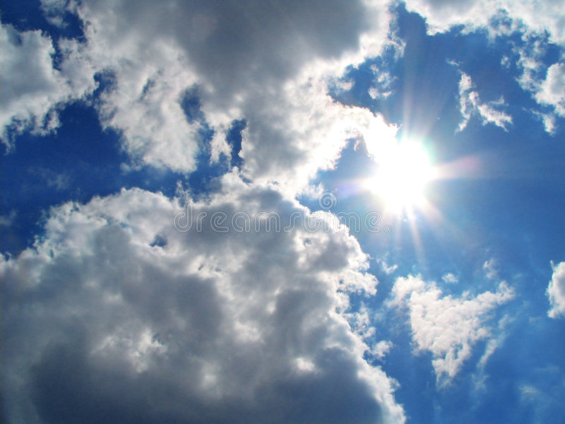 Himmel-Sonne-Wolken lizenzfreie stockfotos