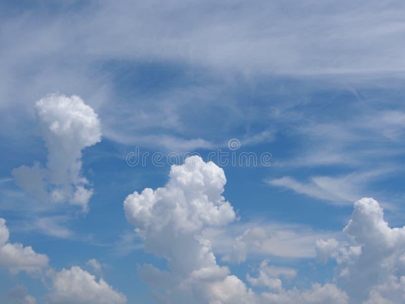 Himmel am sonnigen Tag lizenzfreies stockbild