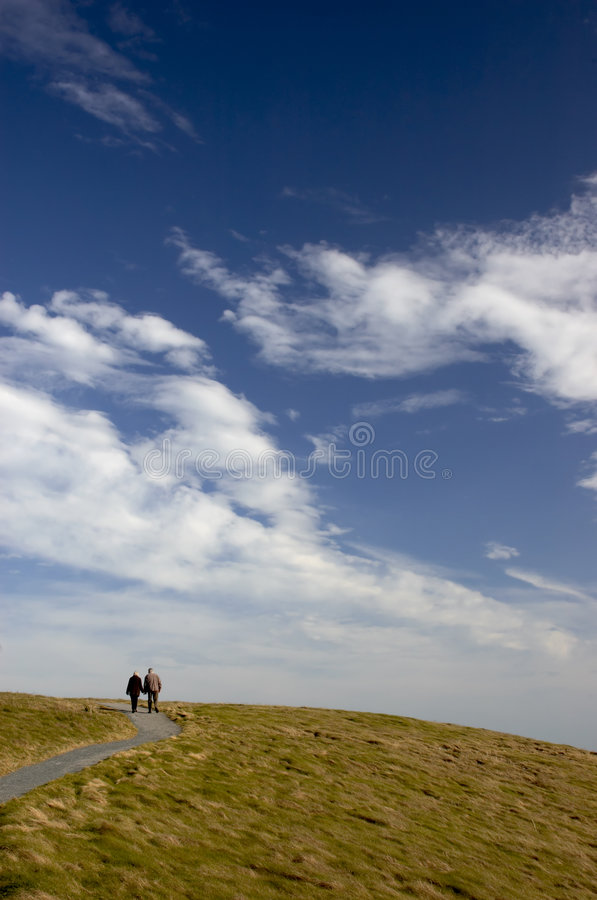 himmel till walkwayen arkivfoto