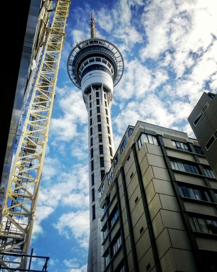 Himmel-Turm von der Straße lizenzfreie stockfotografie