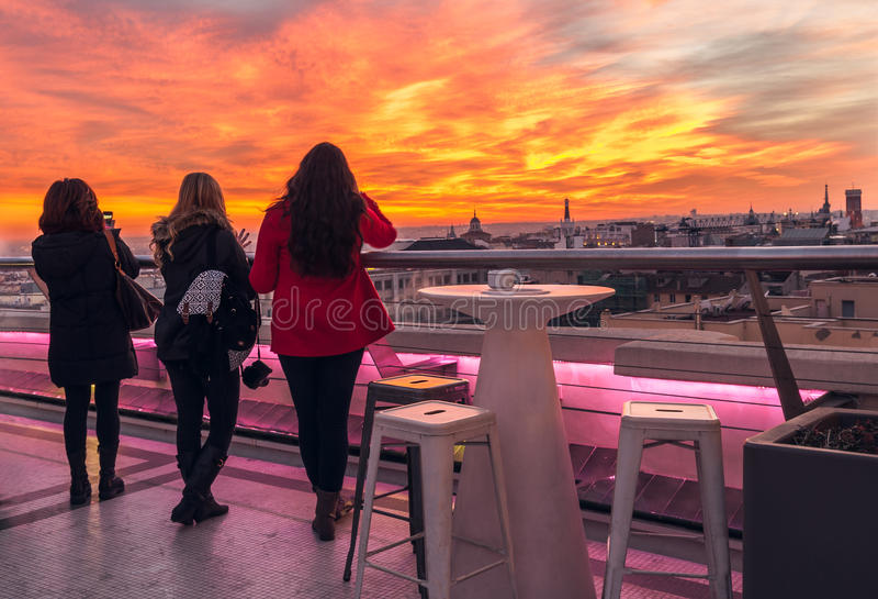 Himmel und Frau im Rot stockfotografie