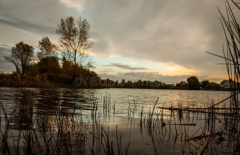 Himmel und Ozean auf Sonnenuntergang See, Reflexionen des bewölkten Himmels auf dem Wasser Drastische Wolken lizenzfreies stockbild