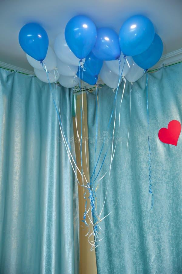 Himmel und weiße Ballone schwimmen auf die weiße Decke im Raum für die Partei Himmel und Weiß oder Kindergeburtstagsfeierdekorati stockfotografie