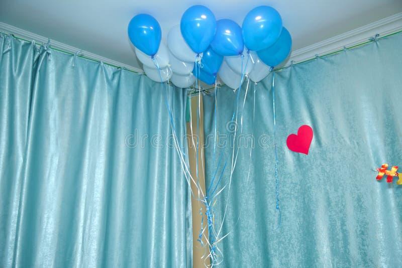 Himmel und weiße Ballone schwimmen auf die weiße Decke im Raum für die Partei Himmel und Weiß oder Kindergeburtstagsfeierdekorati lizenzfreie stockfotografie