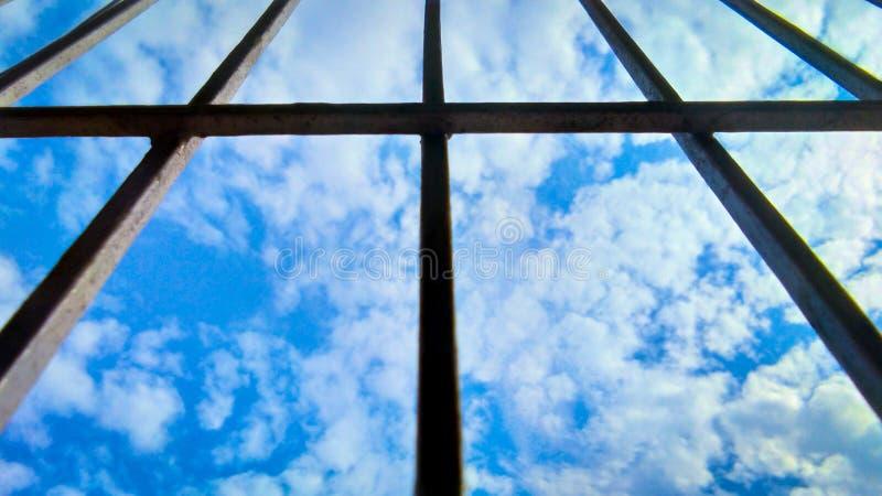Himmel und Wolke durch Schattenbildfensterrahmen lizenzfreie stockfotografie