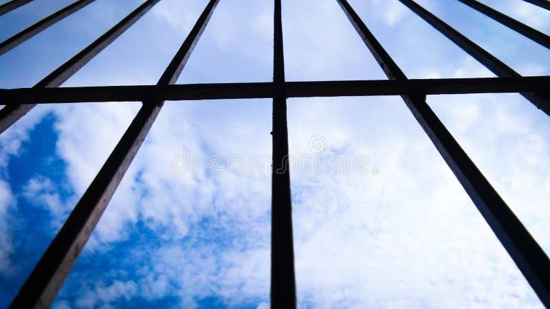 Himmel und Wolke durch Schattenbildfensterrahmen lizenzfreie stockbilder