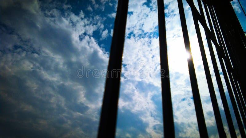 Himmel und Wolke durch Schattenbildfensterrahmen stockfotos
