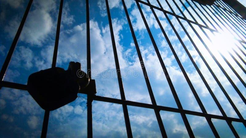 Himmel und Wolke durch Schattenbildfensterrahmen lizenzfreie stockfotos