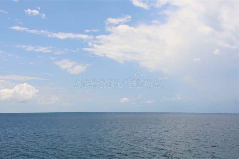 Himmel und Wolken über dem Mittelmeer an einem heißen Sommertag stockbilder