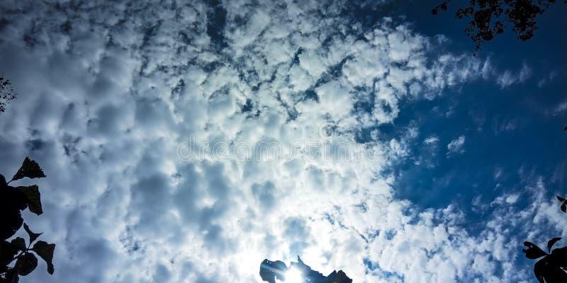 Himmel, vit varning och solljus arkivbild