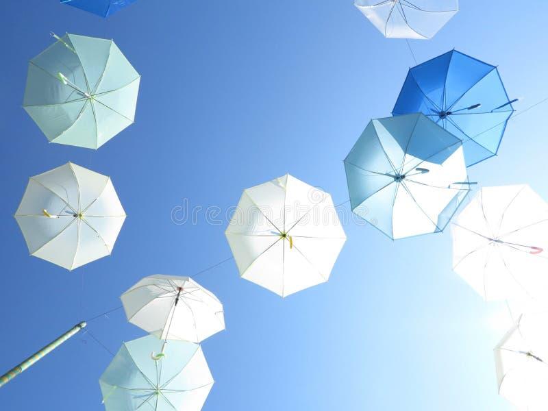 Himmel voll von Regenschirmen stockfotos