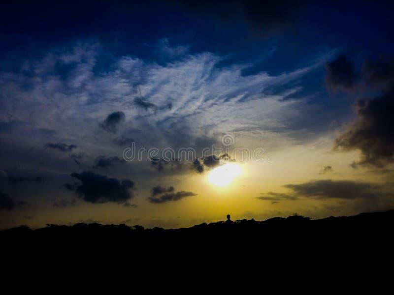 Himmelansicht, blauer Himmel, Sonnenuntergang stockbild
