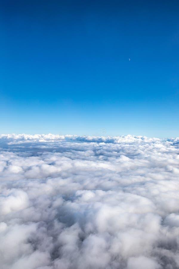 Himmelansicht mit clounds von oben lizenzfreie stockbilder