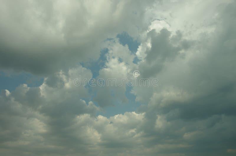 Himmelbakgrund med dramatiska moln för stormen royaltyfri bild