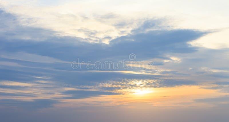 Himmelbakgrund med ett trevligt solnedgångmoln royaltyfri fotografi