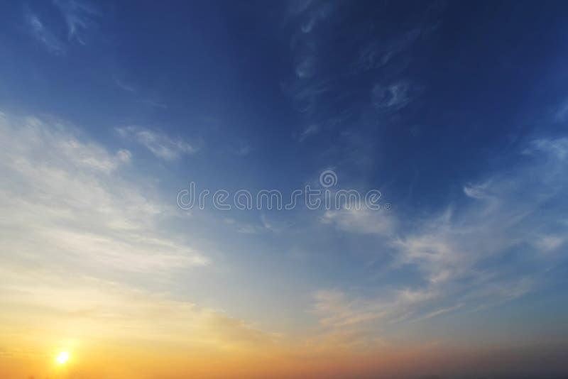 Himmelcloudskape med moln på soluppgång arkivbilder