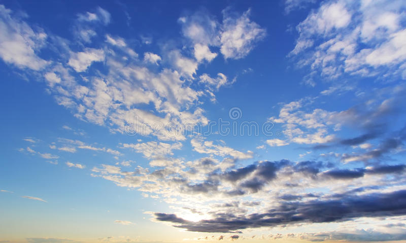 Himmelcloudskape med moln på soluppgång arkivfoton