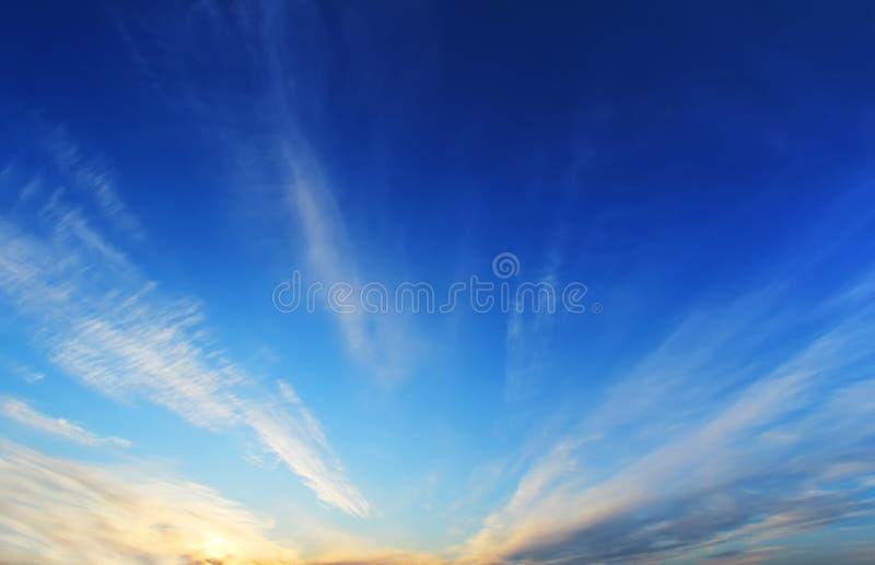 Himmelcloudskape med moln på soluppgång royaltyfria foton
