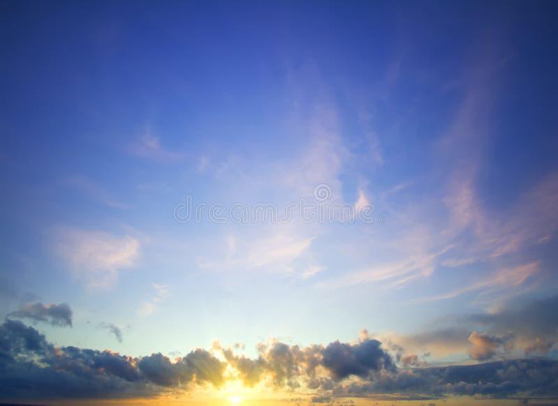 Himmelcloudskape med rosa färger fördunklar på soluppgång royaltyfria foton