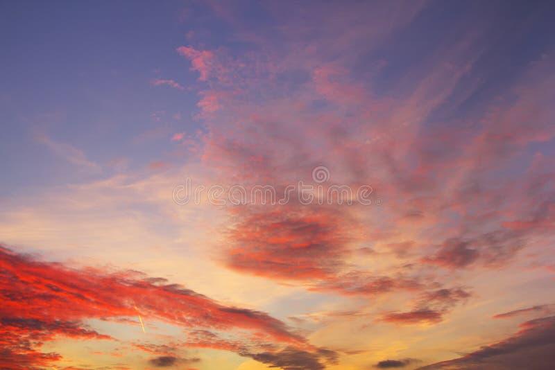Himmelcloudskape med rosa färger fördunklar på soluppgång royaltyfri fotografi
