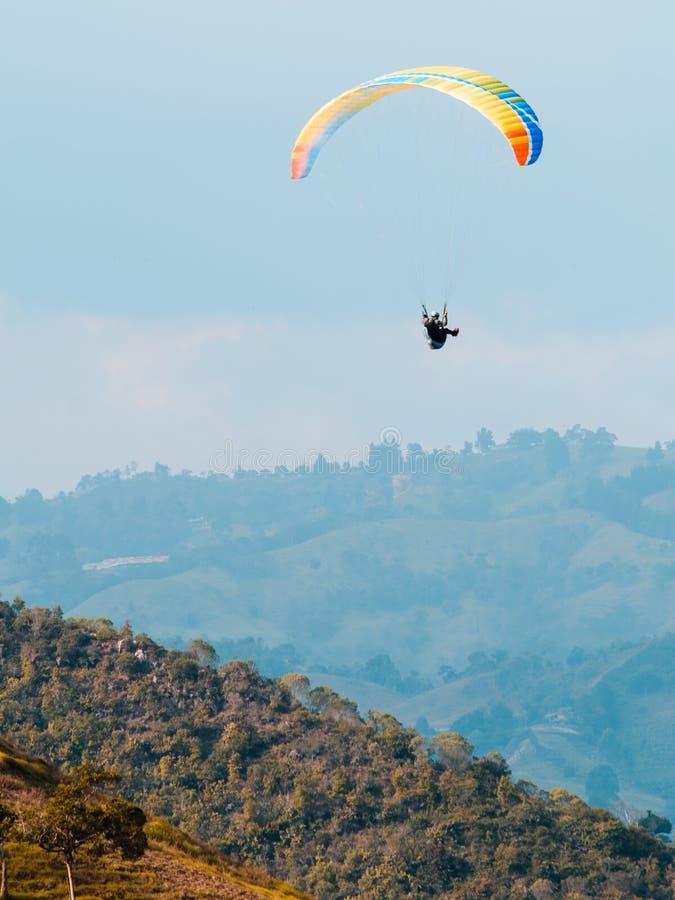 Himmeldykareflyg över bergen royaltyfria foton