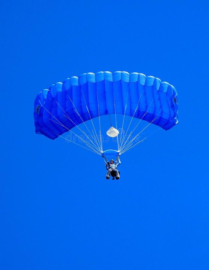 Himmeldykaren med blått hoppa fallskärm arkivfoto