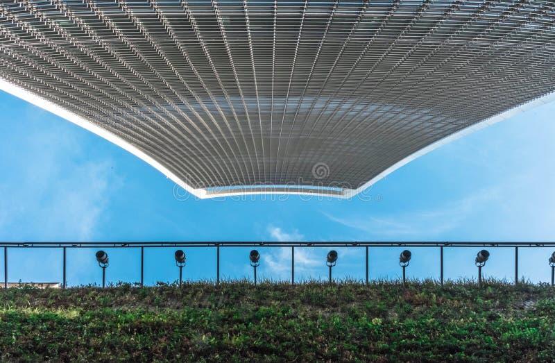 Himmelgartenwolkenkratzer von unterhalb angesehen mit einer grünen Fassade und einem blauen Himmel lizenzfreie stockfotografie
