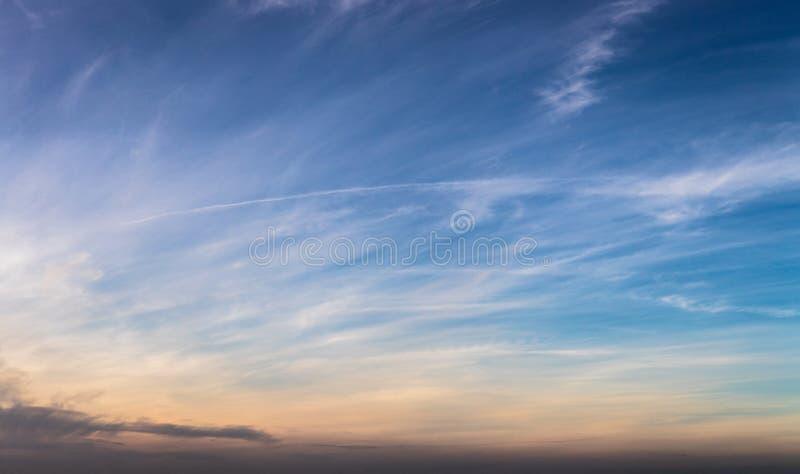 Himmelhintergrund mit Wolken als Panoramafahne stockfotos