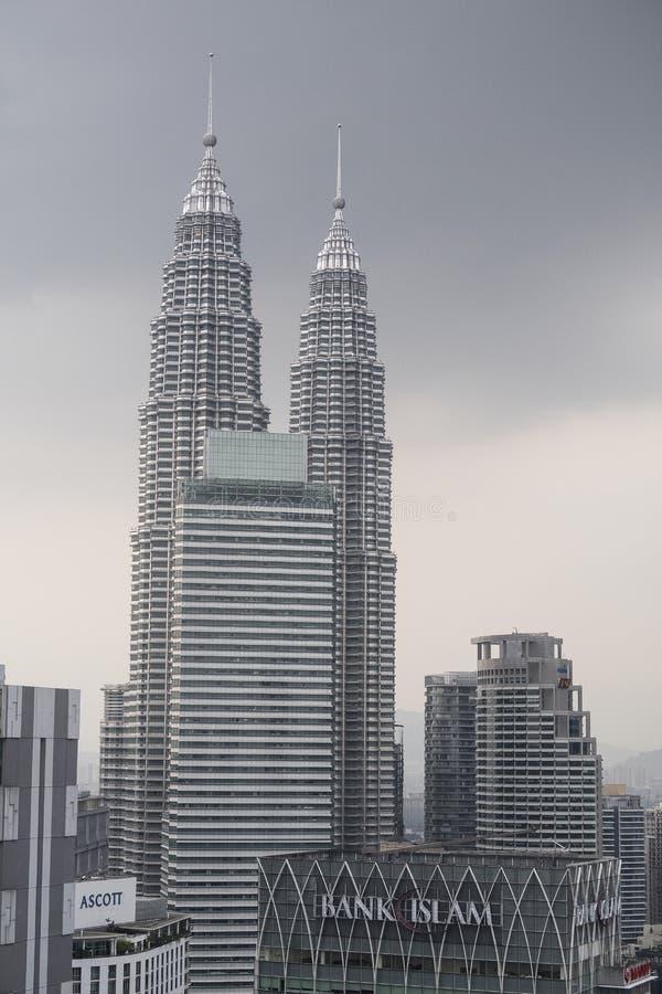 Himmellinje av Kuala Lumpur huvudstaden av Malaysia med de sedda Petronas tvillingbröderna och arkivbild