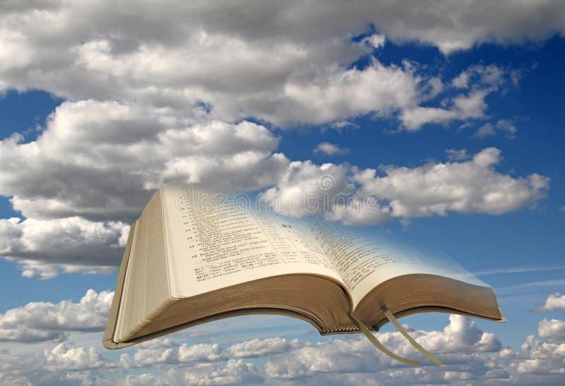 Himmelmoln och öppen bibel royaltyfria foton