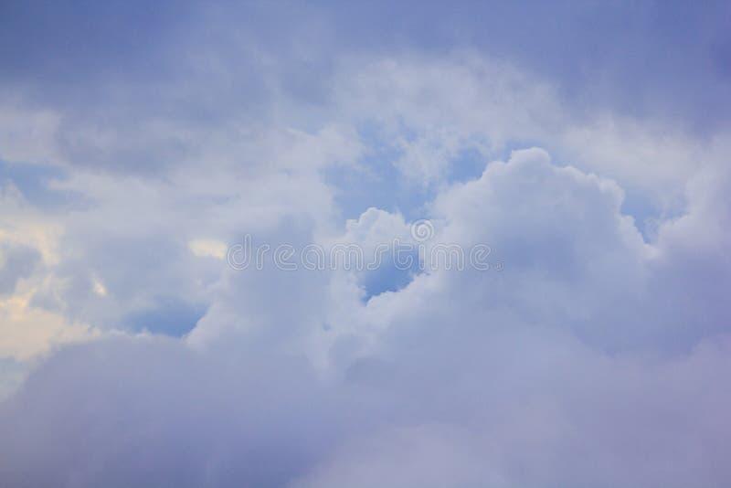 Himmelmolnen är naturliga klungor royaltyfri bild