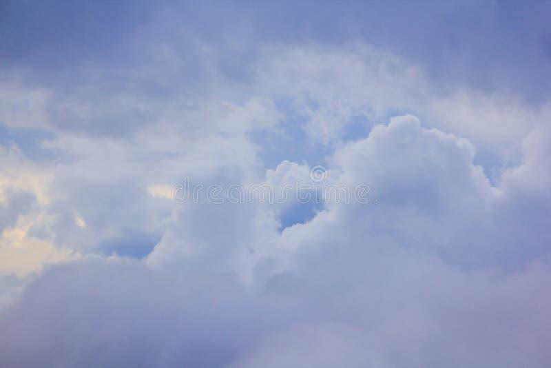 Himmelmolnen är naturliga klungor royaltyfri foto