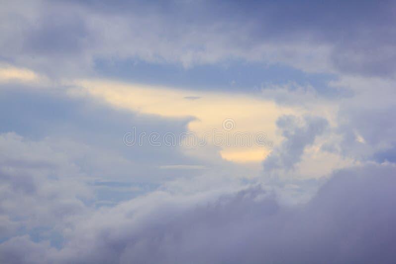 Himmelmolnen är naturliga klungor arkivfoto