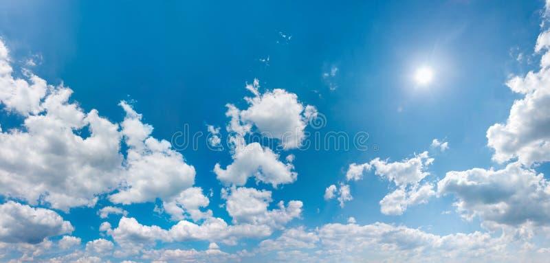 Himmelpanorama med moln och den glänsande solen royaltyfri foto