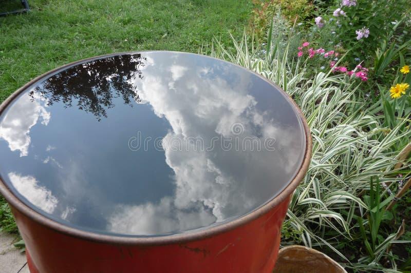 Himmelreflexion in einem Fass stockfotos