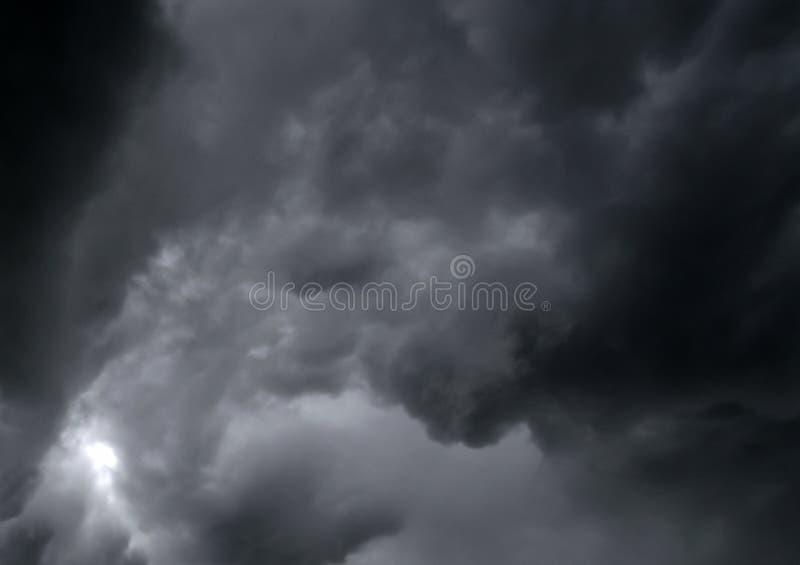 Himmelregn, vind och dramatisk storm royaltyfria bilder