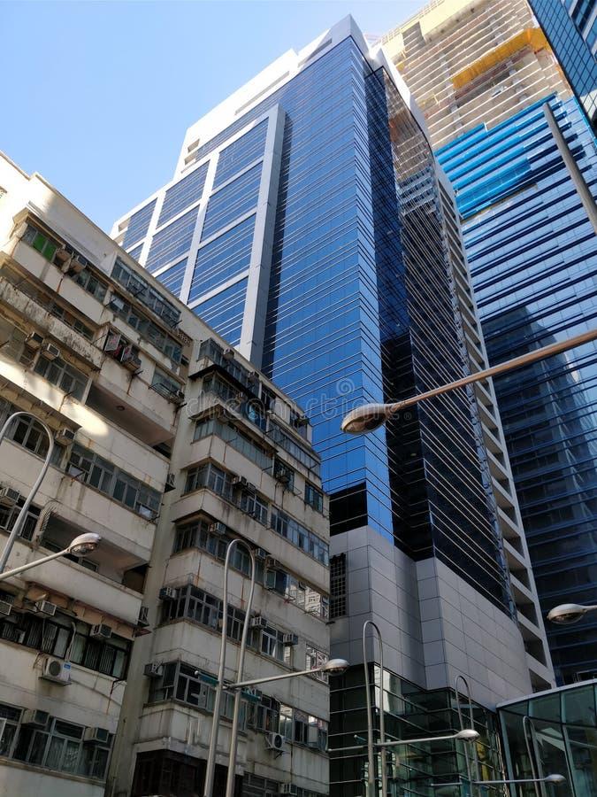 Himmelscrappers och gammal byggande kontrast i Hong Ko arkivfoto