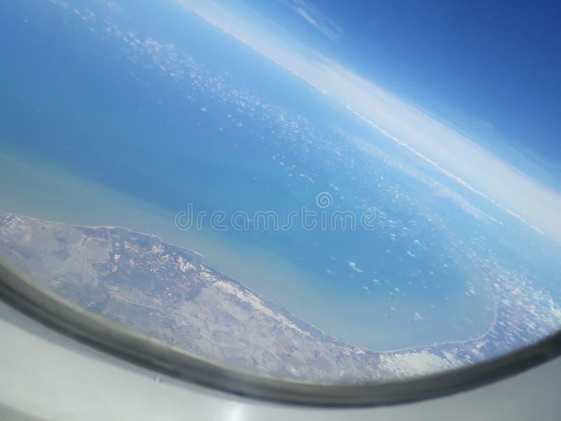 Himmelsikt från plant fönster royaltyfria foton