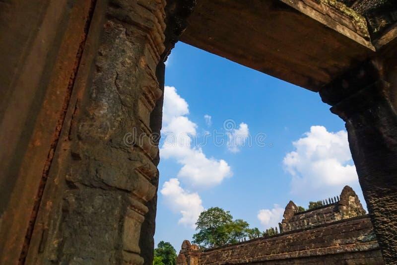 Himmelsikt som ser till och med dörren av den Bayon templet på Angkor Thom arkivfoton