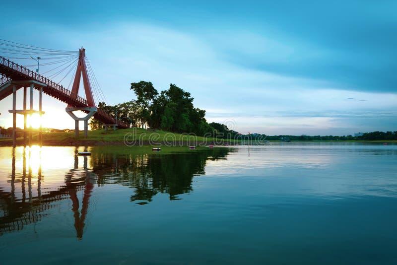 Himmelsolnedgånglandskap med vattenbron Härlig naturblåttse royaltyfria bilder