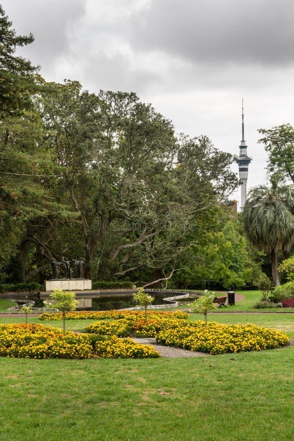 Himmeltorn och staty för tre häxor i Auckland royaltyfri foto