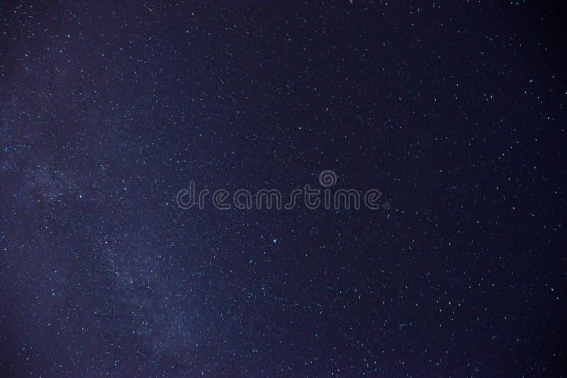 Himmelviel der dunklen Nacht von Sternen mit lizenzfreies stockbild