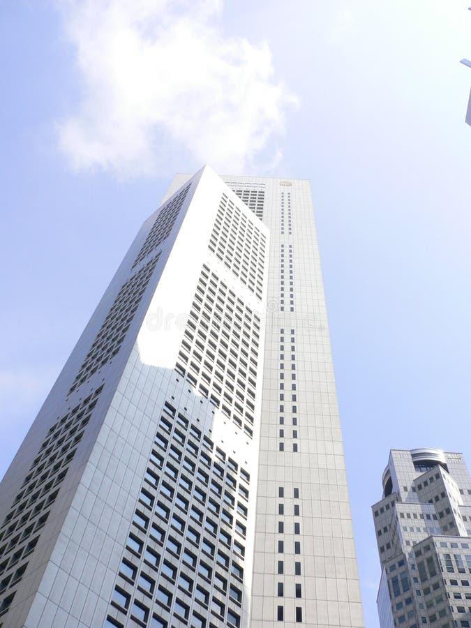 himmlar som ner skyskrapan som är högväxt till royaltyfri bild