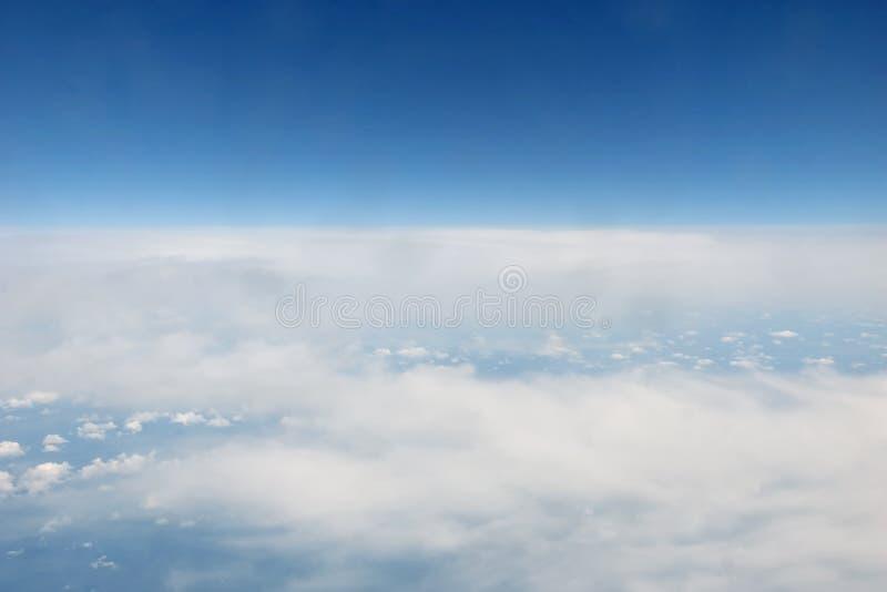 Himmlische Ansichten vom flachen Fenster lizenzfreie stockfotografie