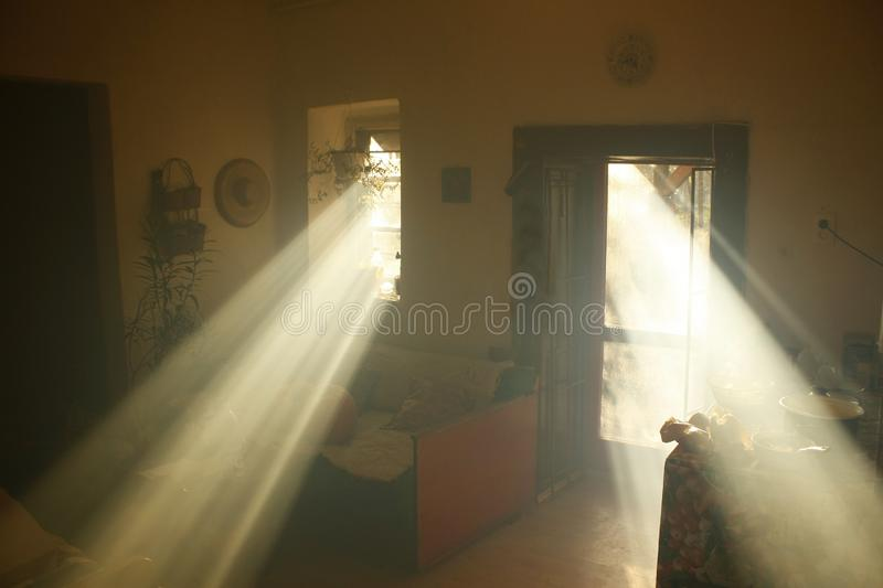 Himmlisches Licht in einem düsteren alten Haus lizenzfreie stockbilder