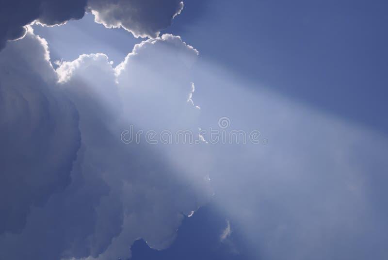 Himmlisches Tageslicht von den Wolken stockfotos