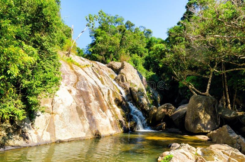 Hin小伙子瀑布。酸值苏梅岛,泰国 免版税图库摄影
