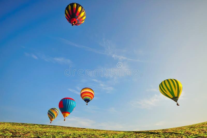 Hinauftreiben von Aktienkursen mit blauem Himmel über dem grünen Feld stockfoto